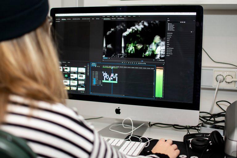 Elev redigerar film.