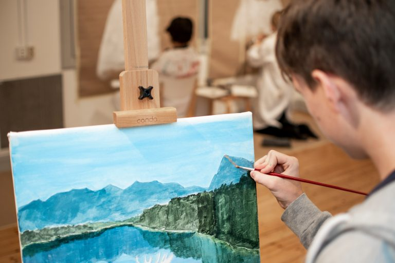 Elev målar tavla.