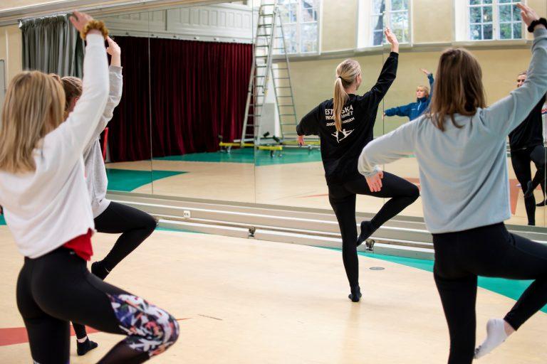 Elever dansar.