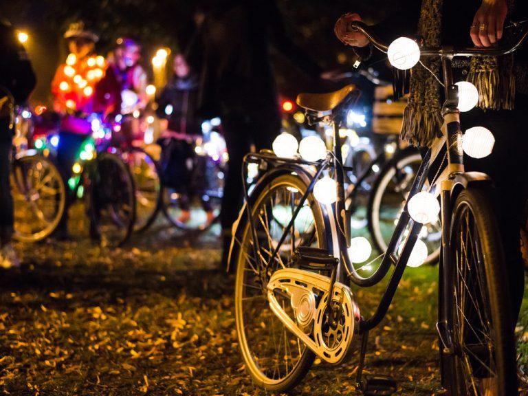 Upplysta cyklar på Å-draget.