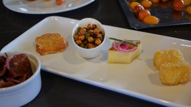 Fyra små rätter serverad med extra tillbehör