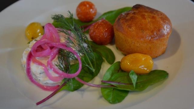 Matmuffins med rödlök och ugnsbakade tomater.