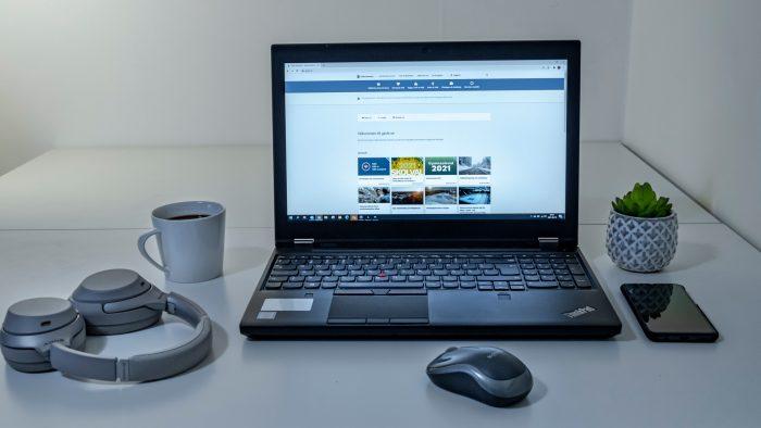 En bärbar dator med Gävle kommuns webbsida.