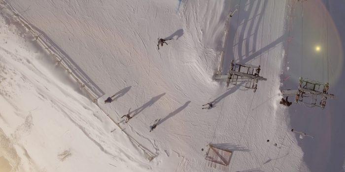 Drönarbild över skidåkning i Hemlingbybacken.