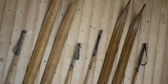 Närbild på gamla träskidor.