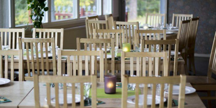 Bord och stolar i Hemlingbystugan.