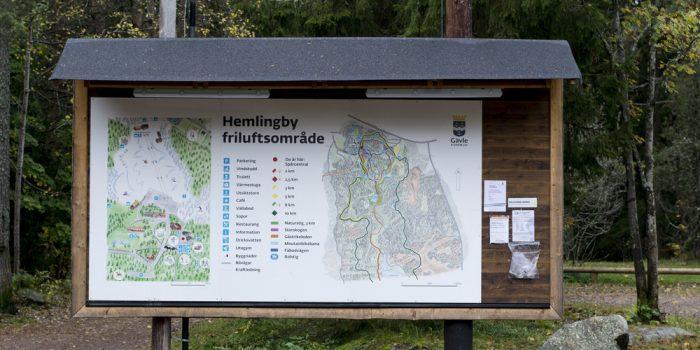 Skylt med karta över Hemlingby friluftsområde.
