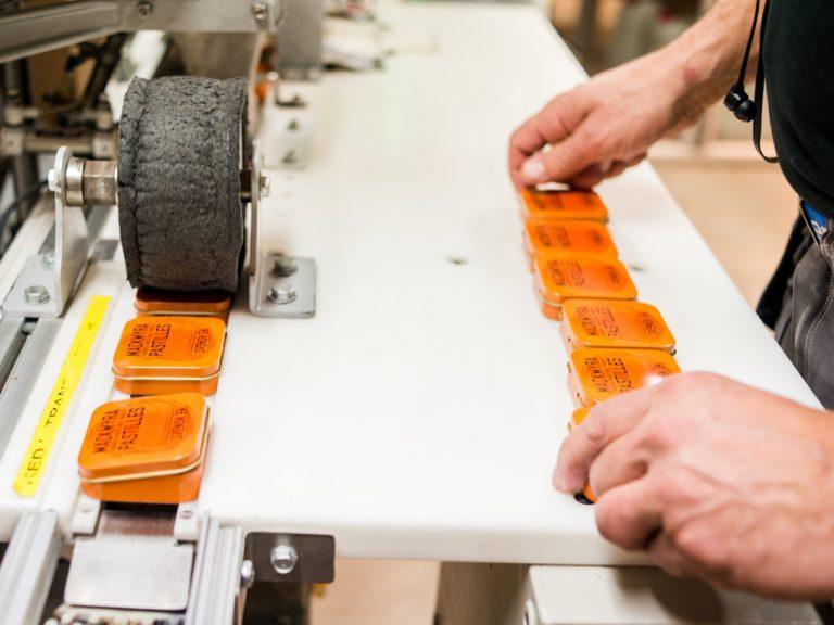 Händer som arbetar med pastillaskar