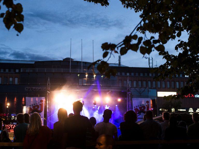 Folkvimmel på Gävle stadsfest.