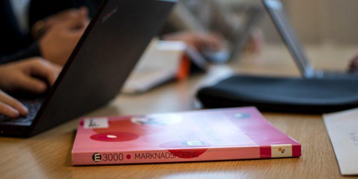 Bok på ett bord