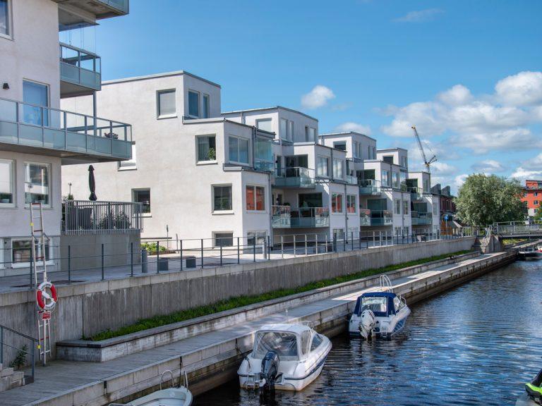 Bostadskvarter Gävle strand och båtar i Gavleån.