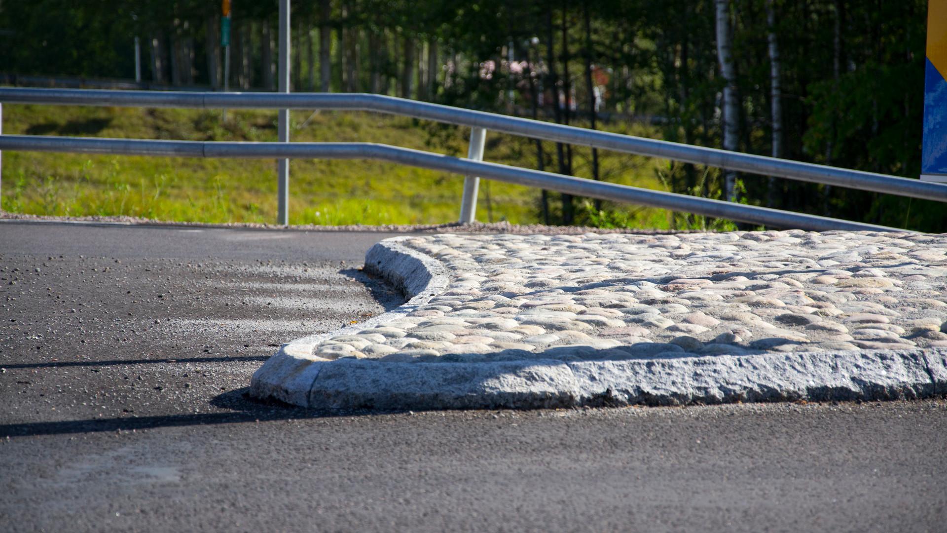 Vägkant och asfalt.