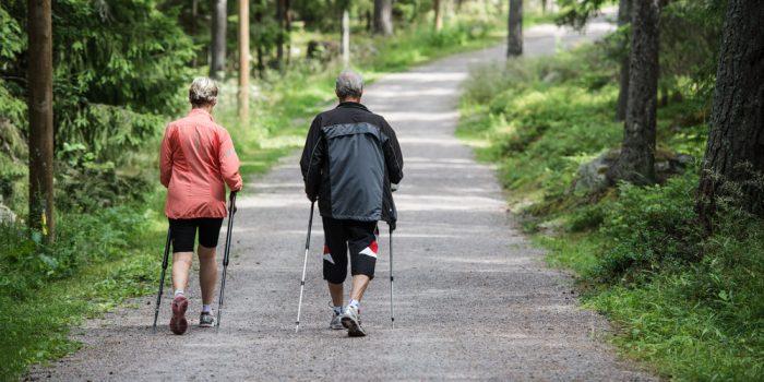 Äldre par som promenerar i motionsspår i Hemlingby.