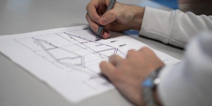 Elev ritar på ett papper