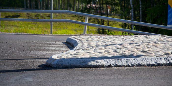 Potthål på en asfalterad väg eller cykelbana.