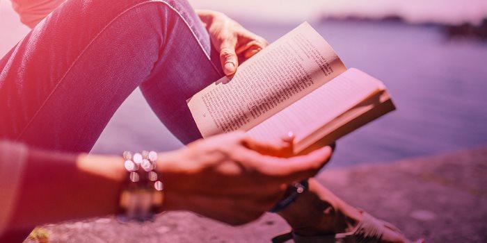 Person som läser en bok.