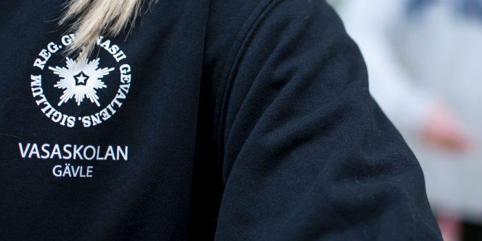 Elev på Vasaskolan med emblemet på tröjan