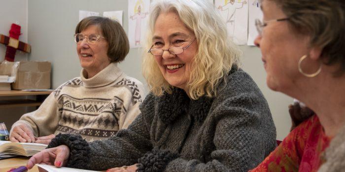 Äldre personer har roligt tillsammans.