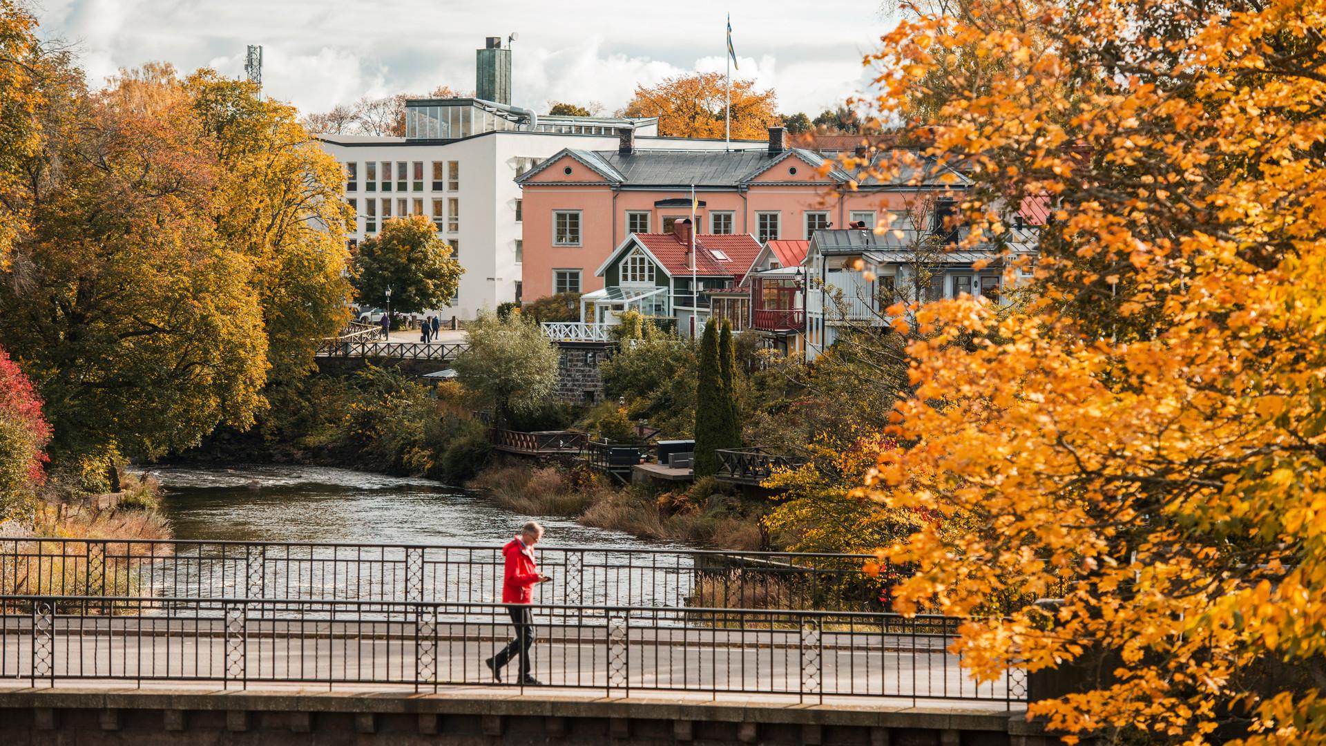 Stadsvy i centrala Gävle. En person går på en bro över Gavleån.