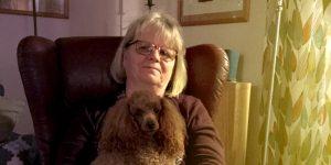 Kvinna med hund i knä