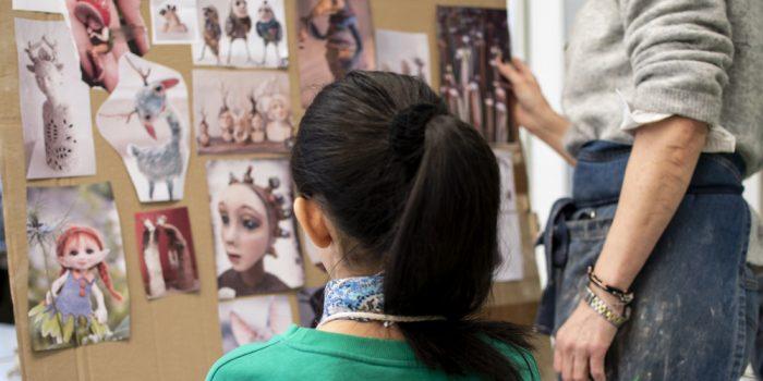 Flicka och lärare som tittar på konst.