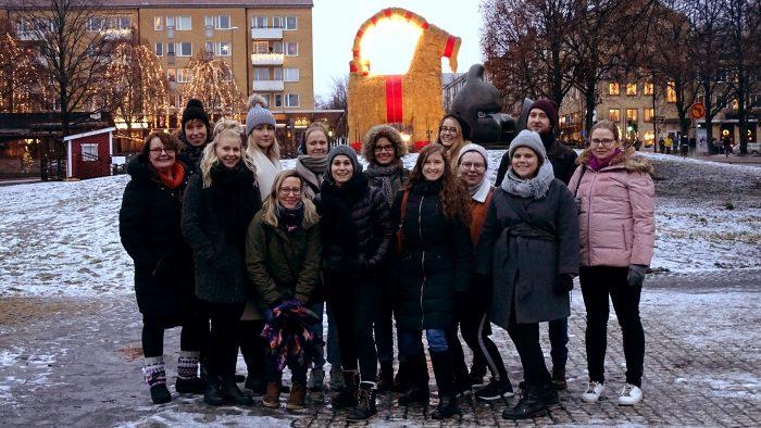 Studiebesökare från Finland står framför Gävlebocken