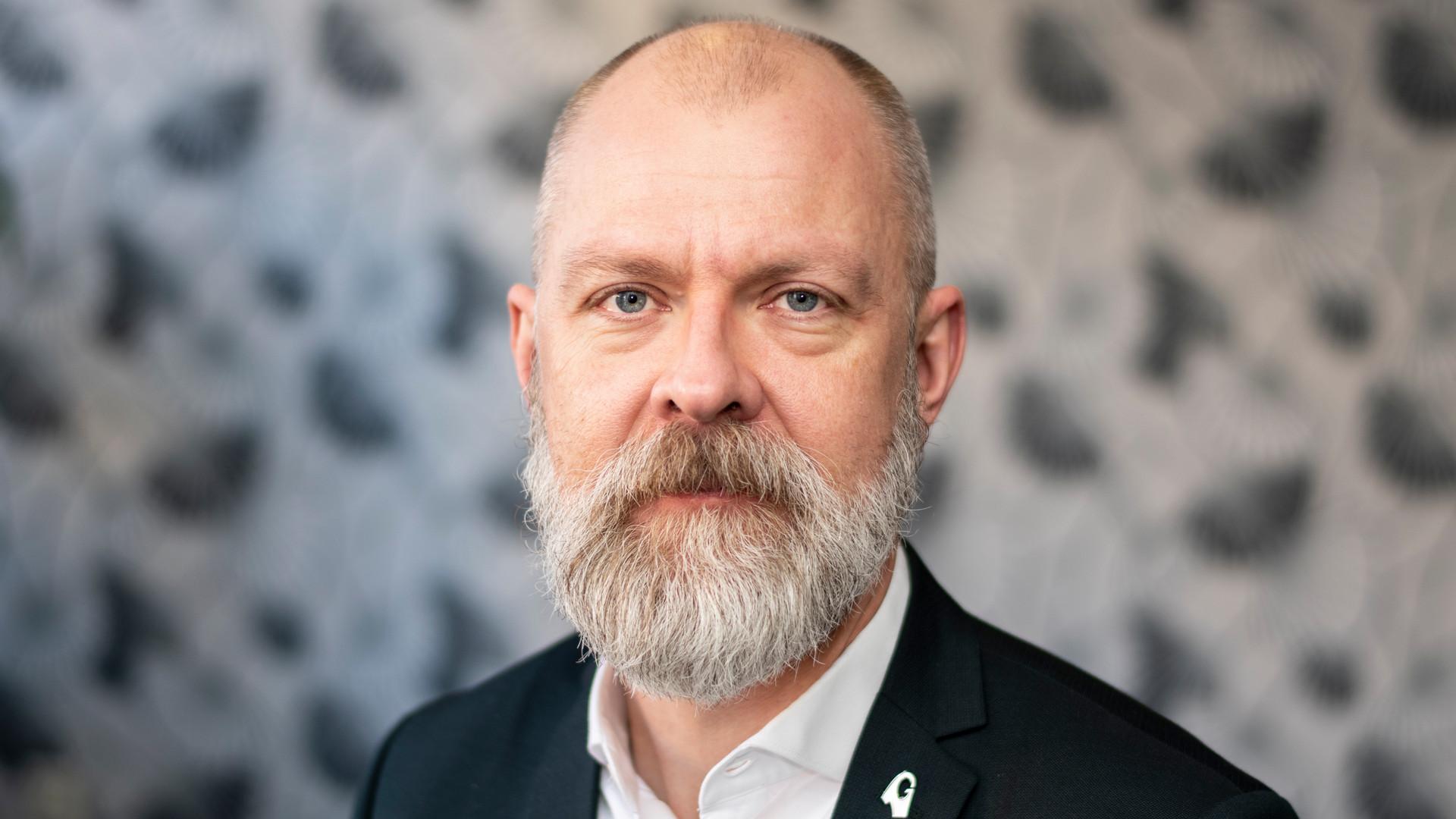 Magnus Höijer tittar in i kameran.